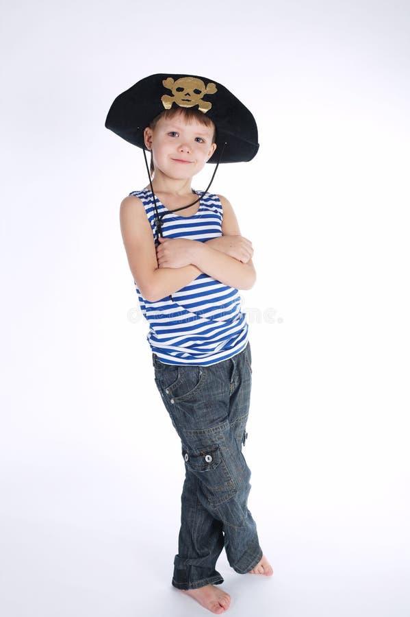 Petit garçon dans le costume de pirate sur le blanc photographie stock