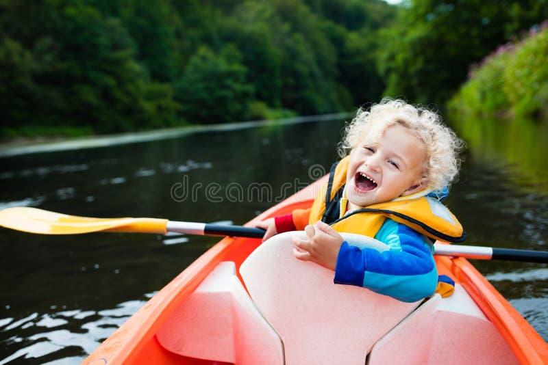 Petit garçon dans le kayak photo stock