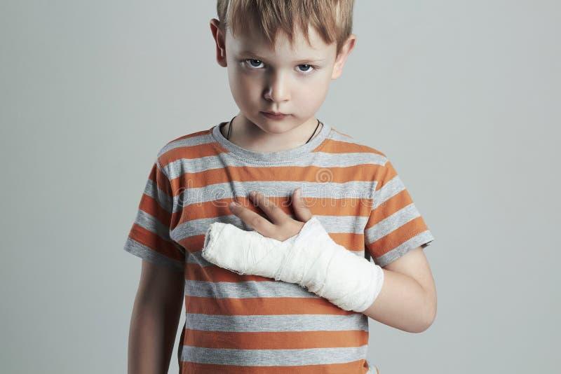Petit garçon dans un castchild avec un bras cassé enfant après accident photo libre de droits