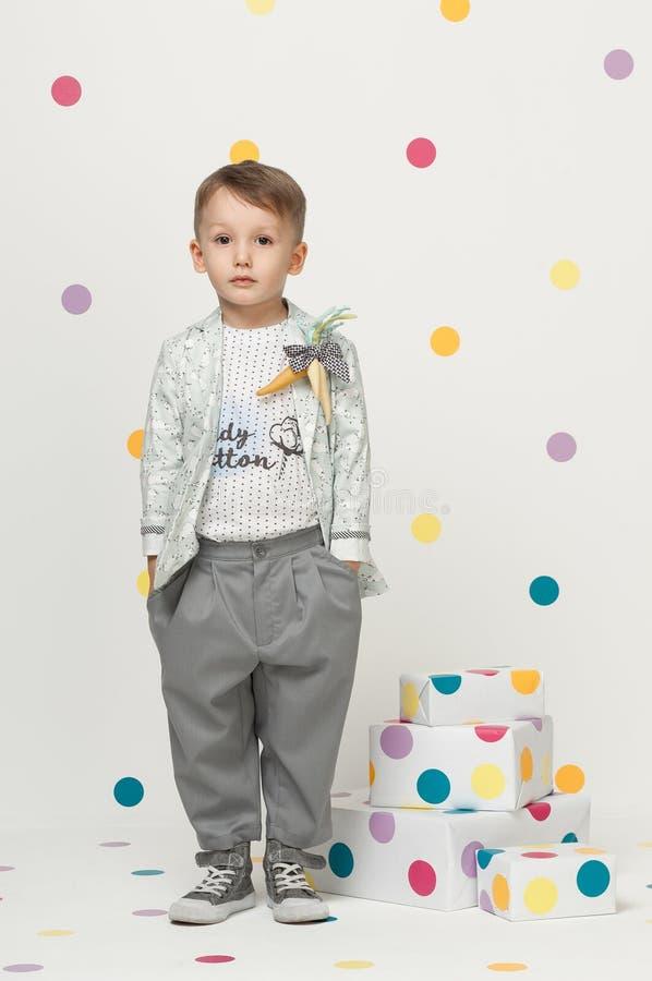 Petit garçon dans un costume image stock