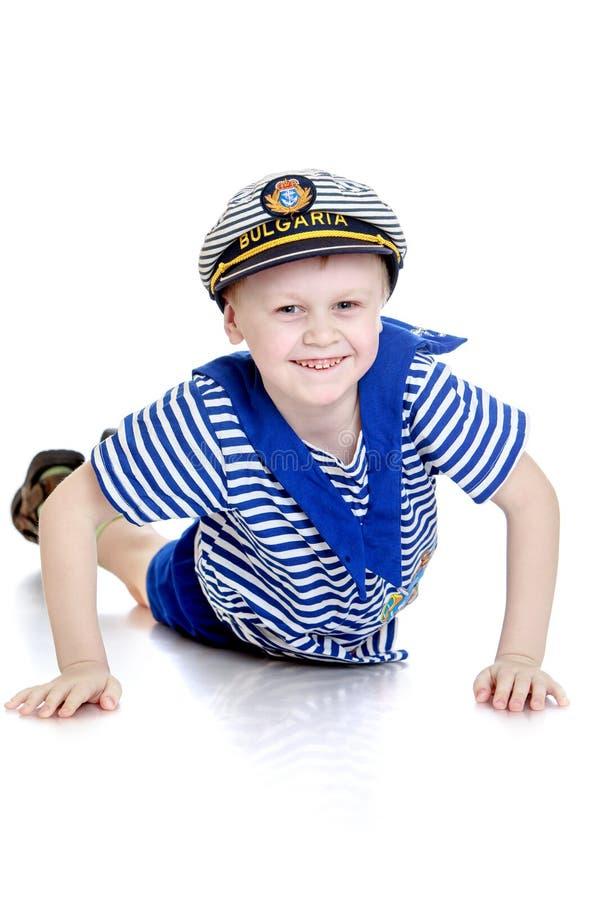 Petit garçon dans un costume de marin photo libre de droits