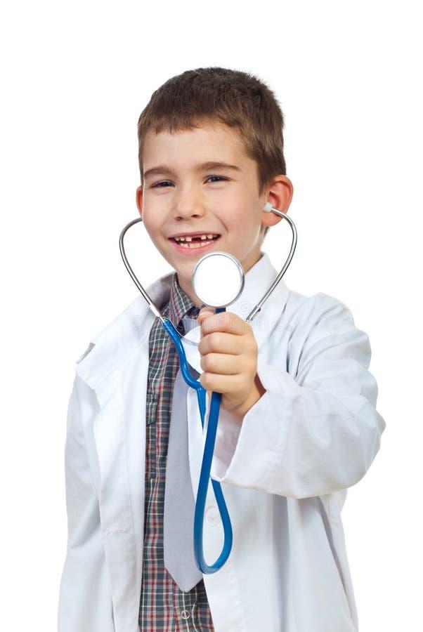 Petit garçon de docteur avec le stehoscope photographie stock libre de droits