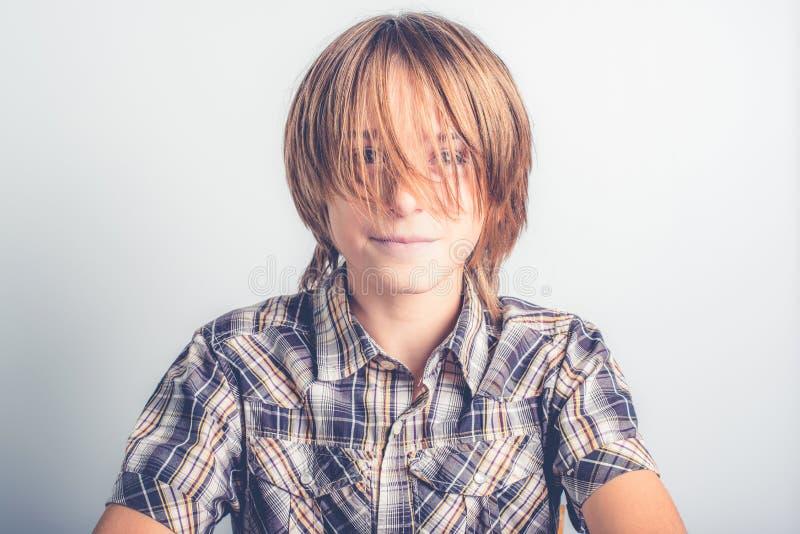 Petit garçon de longs cheveux images stock