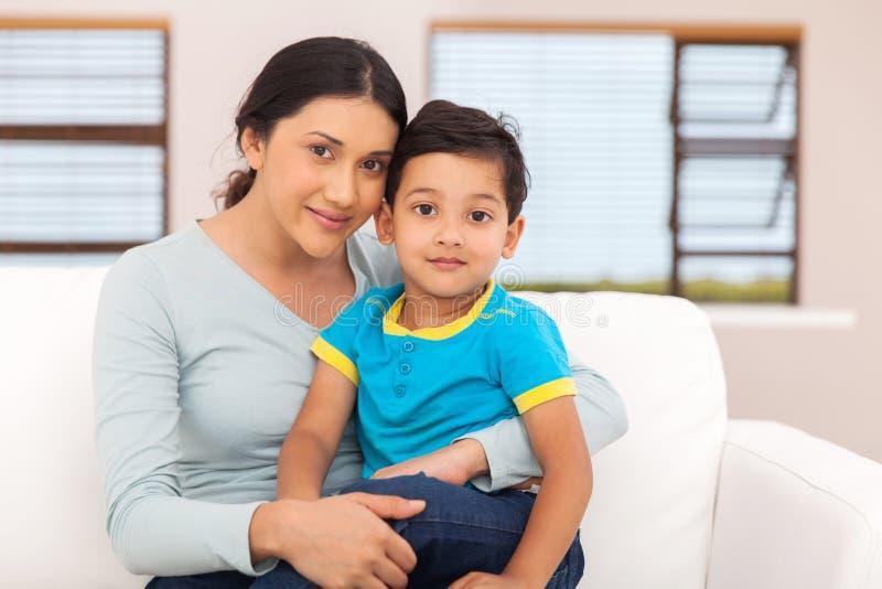 Petit garçon de mère indienne images stock