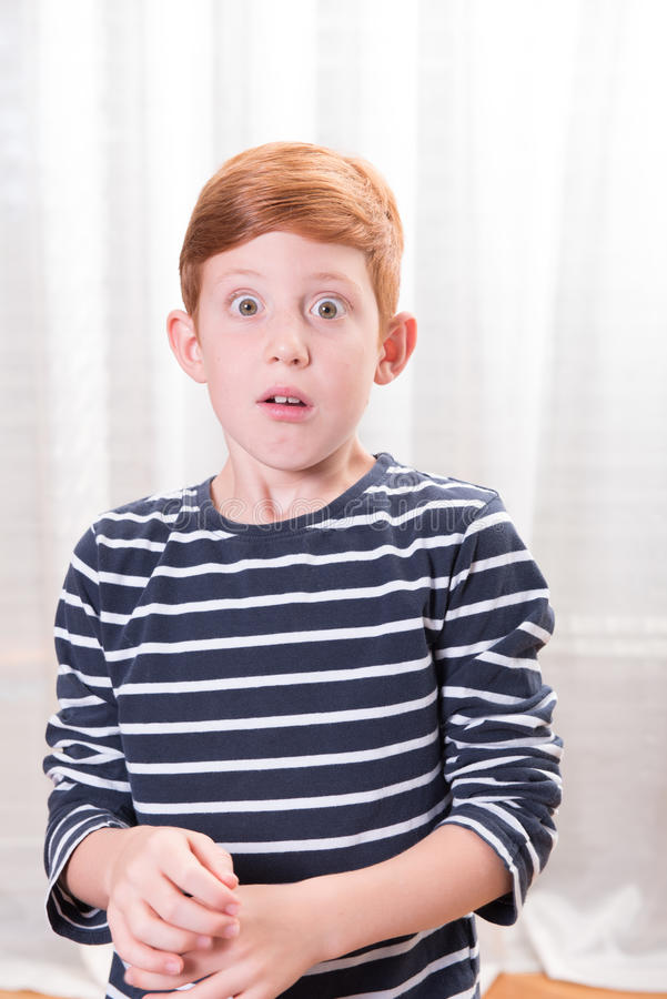 Petit garçon de portrait effrayé avec des yeux grands ouverts photos stock