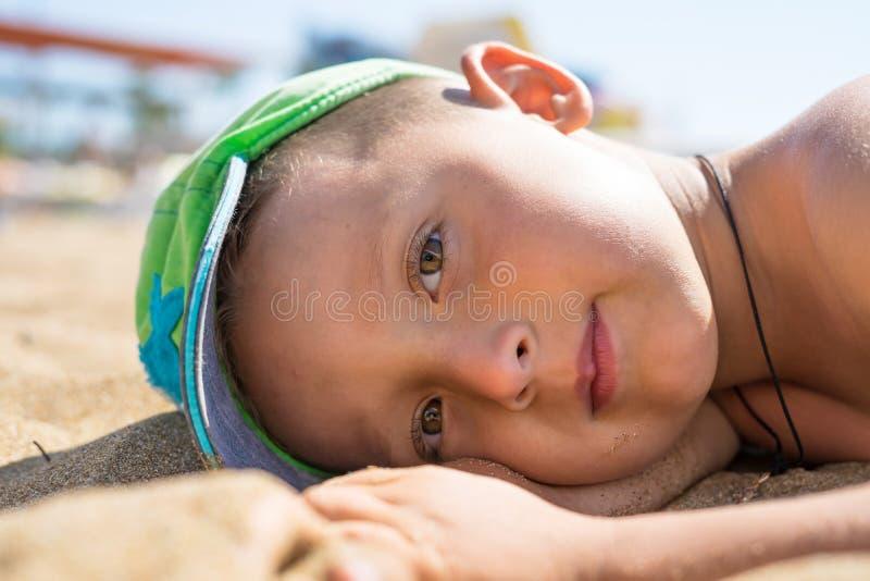 Petit garçon de portrait jouant en mer, océan Famille heureuse ayant l'amusement sur la plage blanche tropicale Émotions humaines image stock