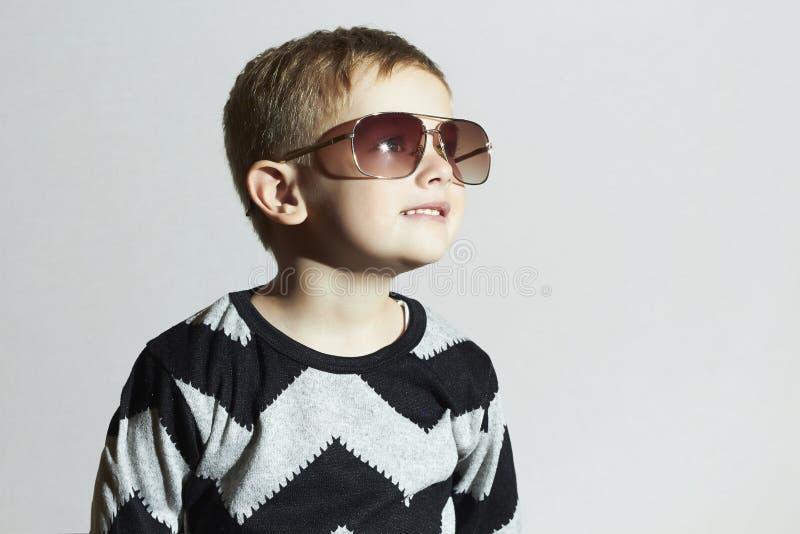 Petit garçon de sourire dans des lunettes de soleil Enfant mode de gosses photographie stock libre de droits