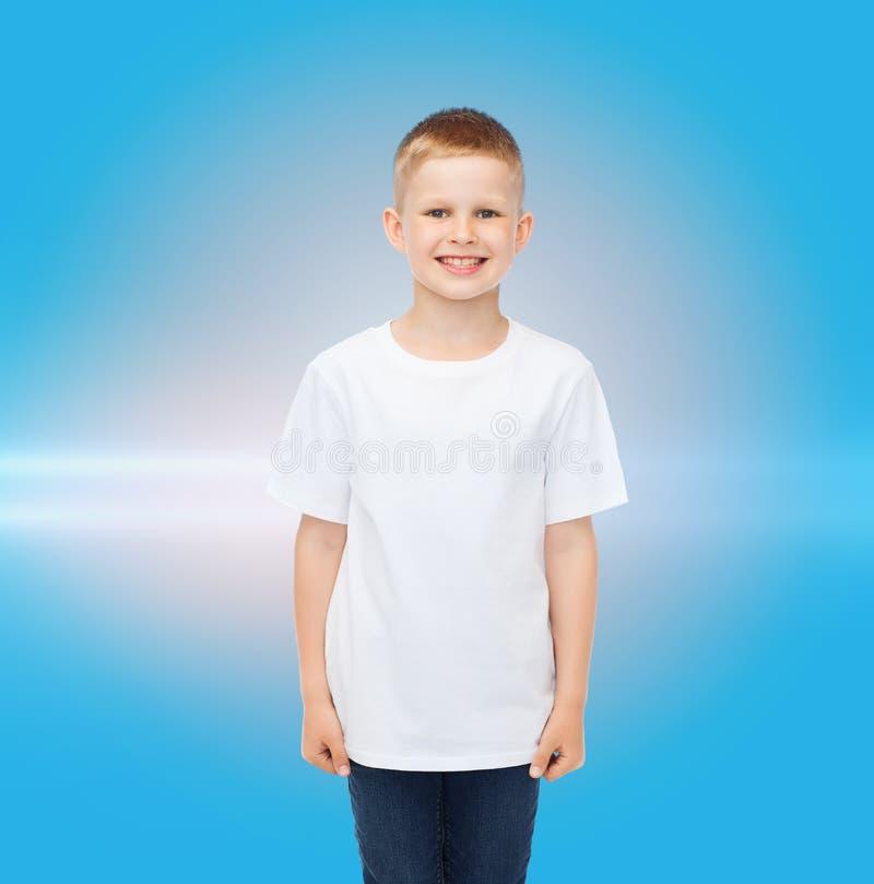 Petit garçon de sourire dans le T-shirt vide blanc images stock