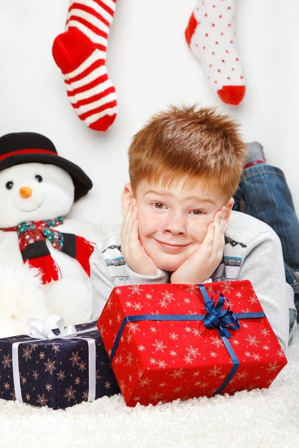 Petit garçon de sourire heureux avec des boîte-cadeau images libres de droits