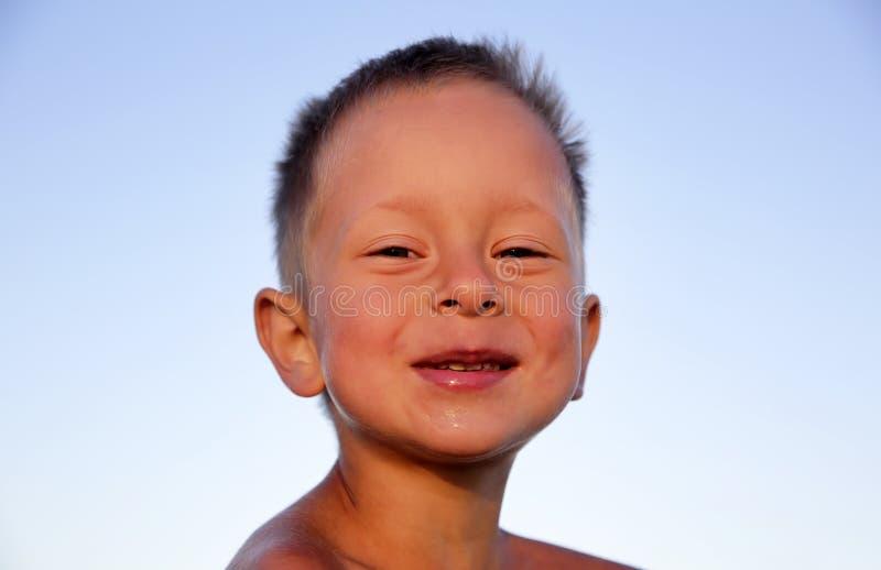 Petit garçon de sourire mignon images stock