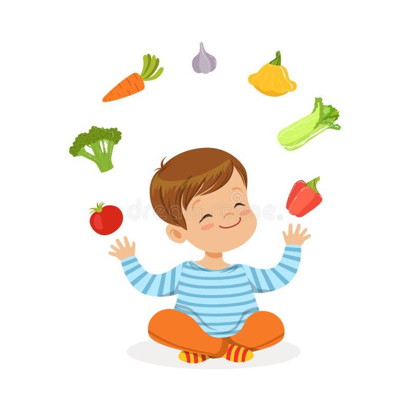 Petit garçon de sourire s'asseyant sur le plancher jonglant avec des légumes, illustration colorée de vecteur de concept sain de  illustration libre de droits