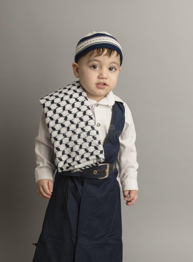 Petit garçon de Turkman dans le studio photo libre de droits