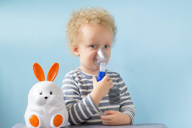 Petit gar?on doux ayant l'inhalation pour la toux facile ? la maison concept d'allergie et de soins de sant? Copiez l'espace photo stock