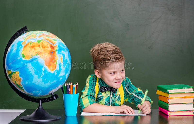 Petit garçon drôle dans la salle de classe photo libre de droits