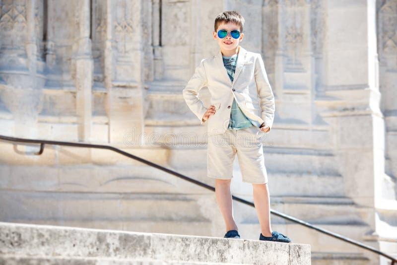 Petit garçon en costume gentil et verres Verticale d'enfants photographie stock libre de droits