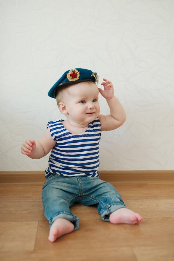 Petit garçon en portrait bleu de béret photo libre de droits