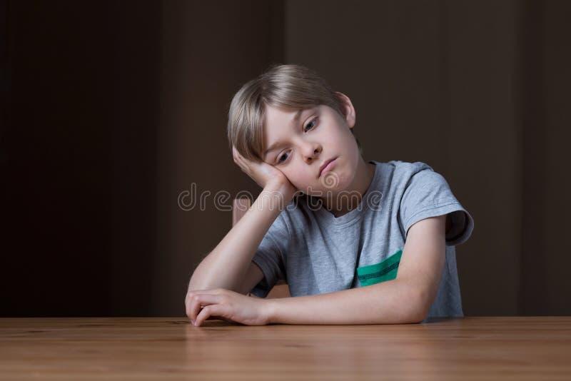 Petit garçon ennuyé images stock