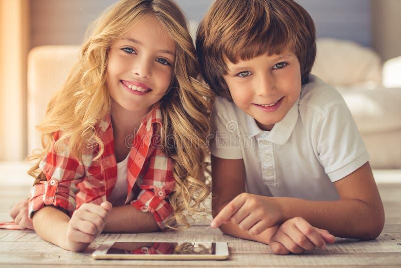 Petit garçon et fille photos libres de droits