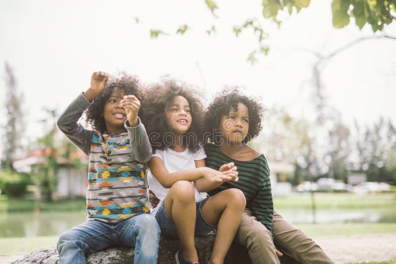 Petit garçon et fille d'afro-américain mignon photos libres de droits