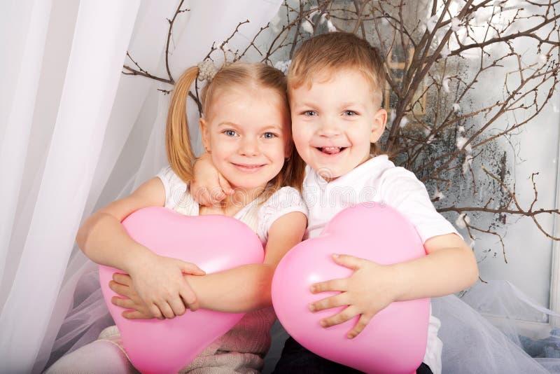 Petit garçon et fille dans l'amour. photos libres de droits