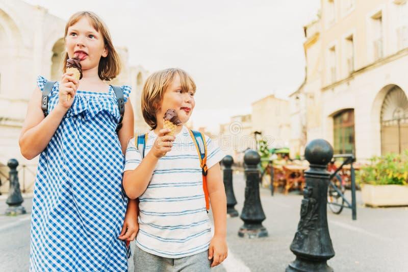 Petit garçon et fille mangeant la crème glacée de chocolat photographie stock