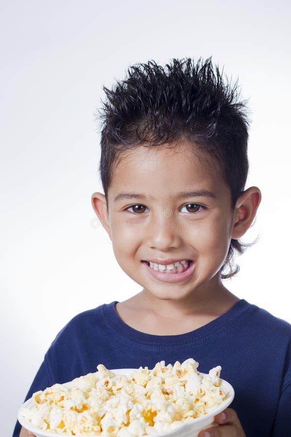 Petit garçon et maïs de bruit image stock