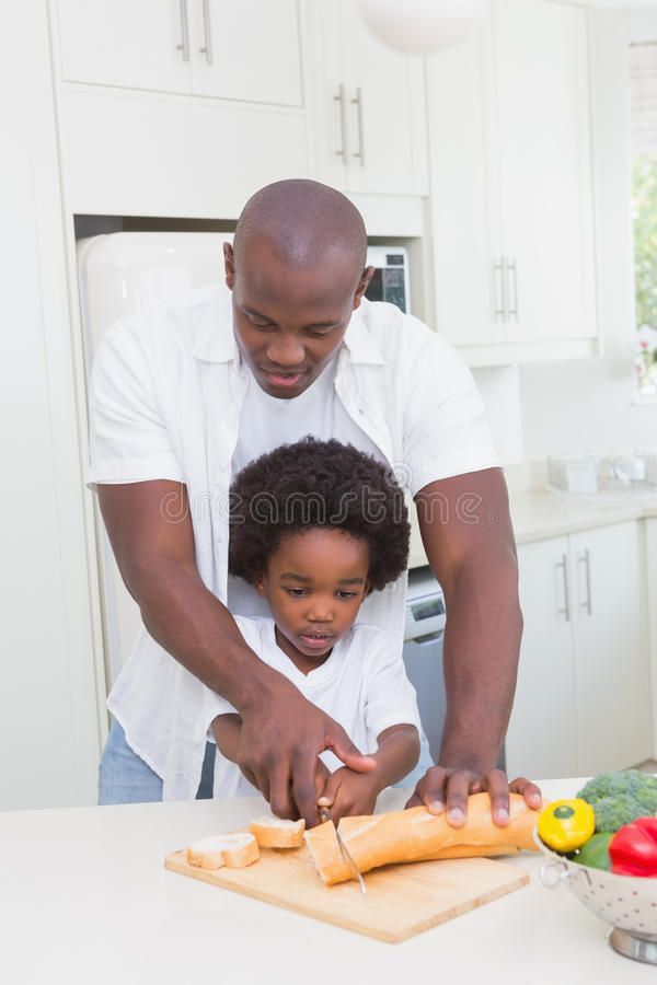 Download Petit Garçon Faisant Cuire Avec Son Père Photo stock - Image du garçon, heureux: 56484618