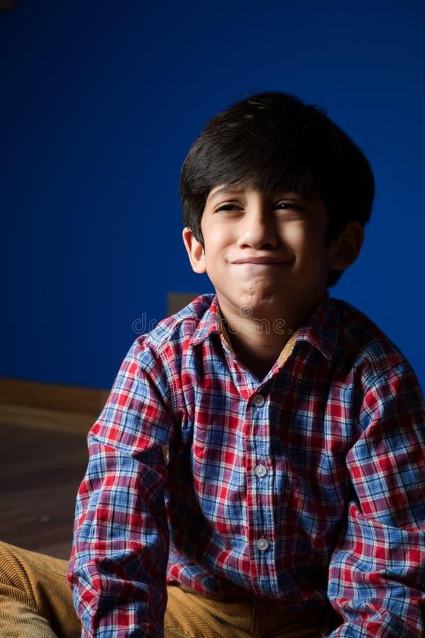 Petit garçon faisant les visages drôles image libre de droits