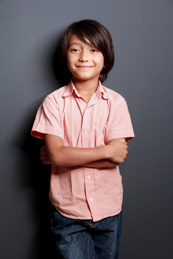 Petit garçon frais posant avec le bras croisé image libre de droits