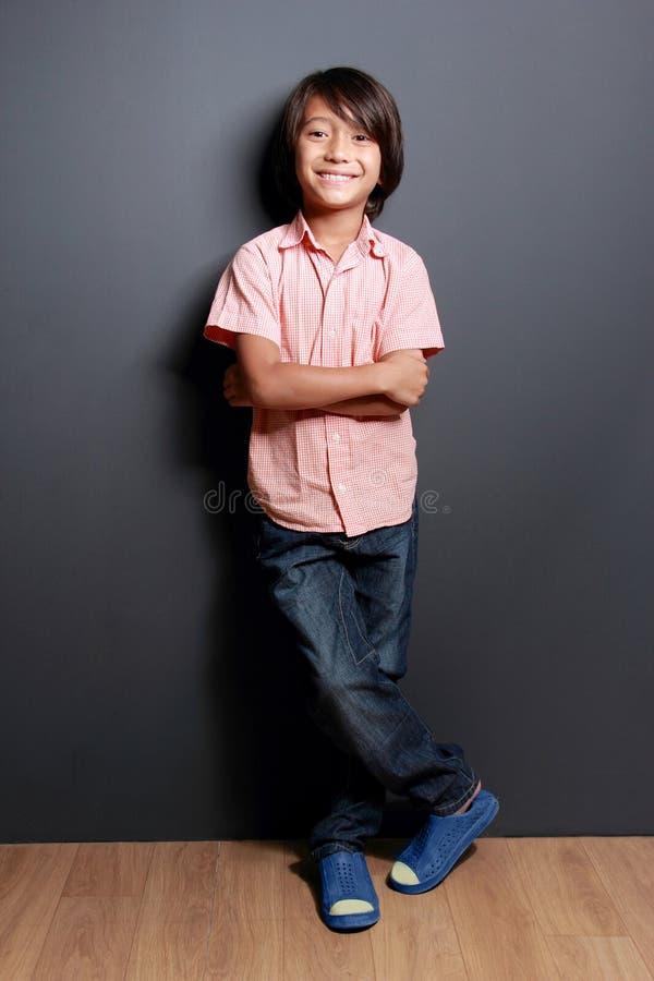 Petit garçon frais posant avec le bras croisé photographie stock libre de droits