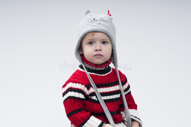 Petit garçon habillé dans des vêtements d'hiver images stock
