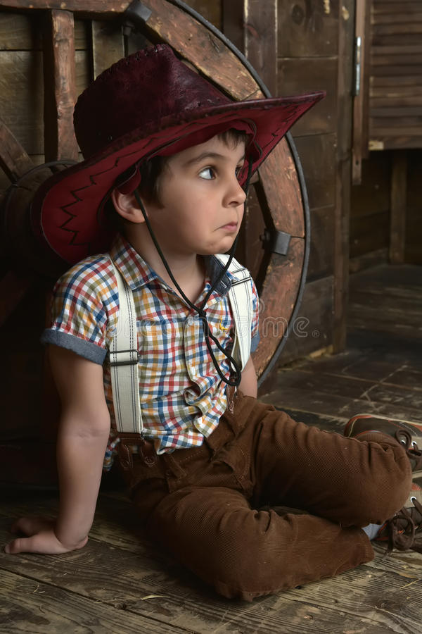 Petit garçon habillé dans la séance de cowboy images libres de droits