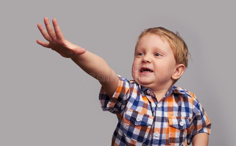 Petit garçon heureux adorable photographie stock libre de droits