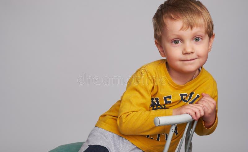 Petit garçon heureux adorable image stock