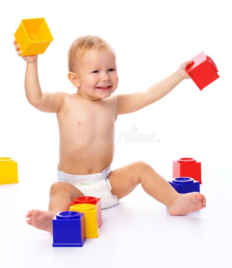 Petit garçon heureux avec des briques de construction images stock