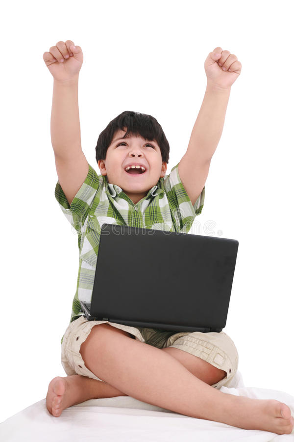Petit garçon heureux avec l'ordinateur portatif photos stock