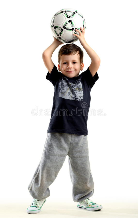 Petit garçon heureux avec la bille images libres de droits