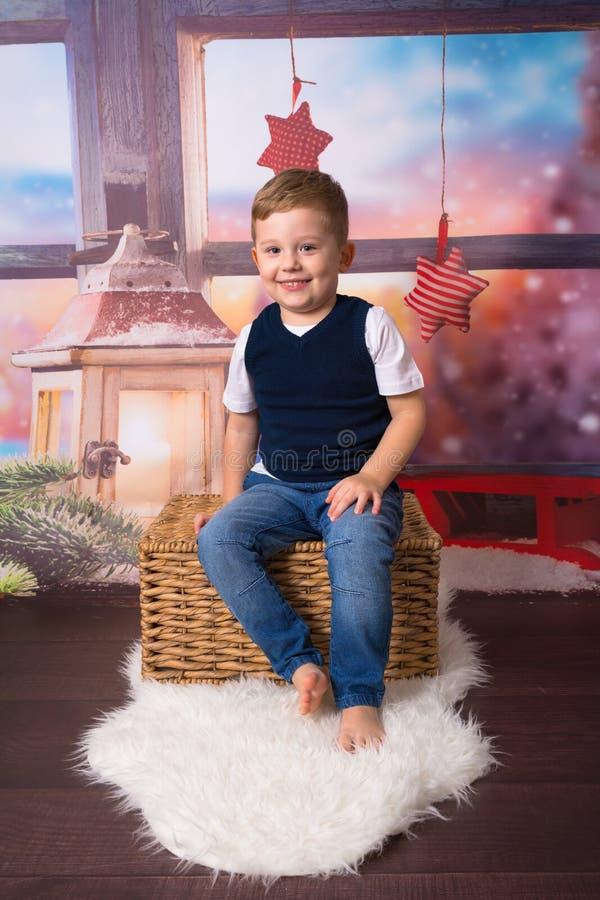 Petit garçon heureux dans le paysage de Noël photographie stock libre de droits