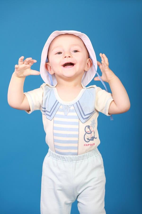 Petit garçon heureux dans un costume de marin image libre de droits