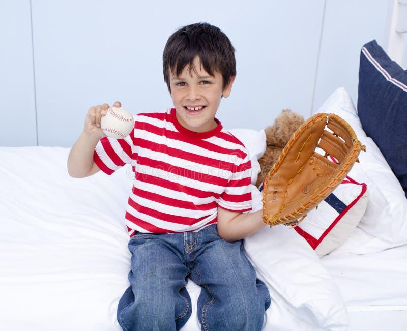Petit garçon heureux jouant au base-ball dans le bâti images libres de droits