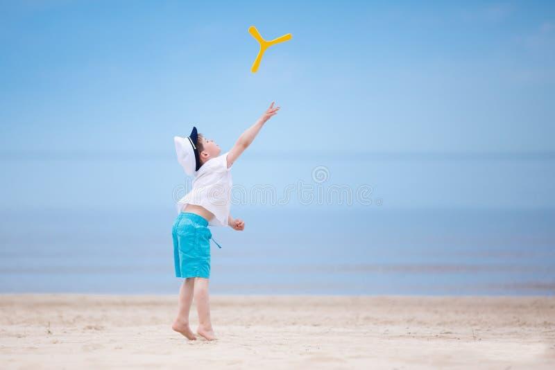 Petit garçon heureux jouant sur la plage tropicale images libres de droits