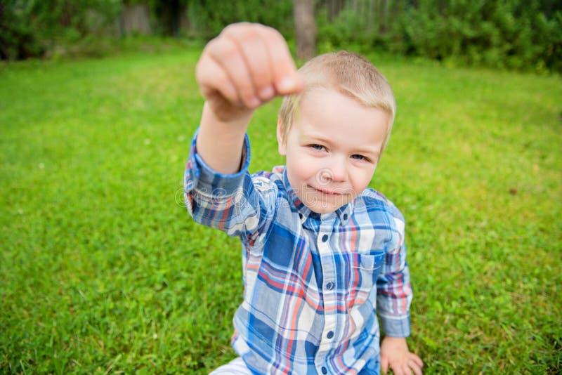 Petit garçon heureux montrant quelque chose photo libre de droits