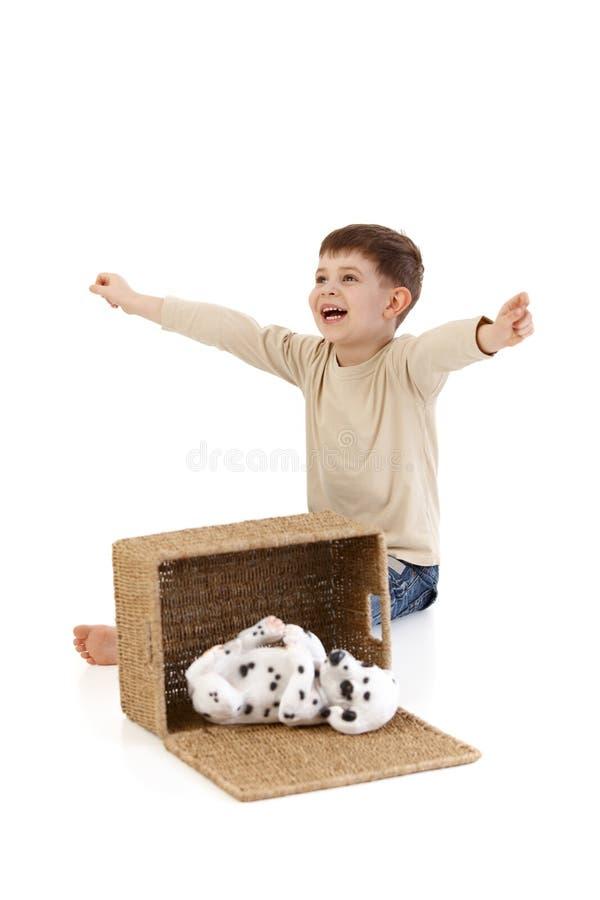 Petit garçon hurlant heureusement au crabot images libres de droits