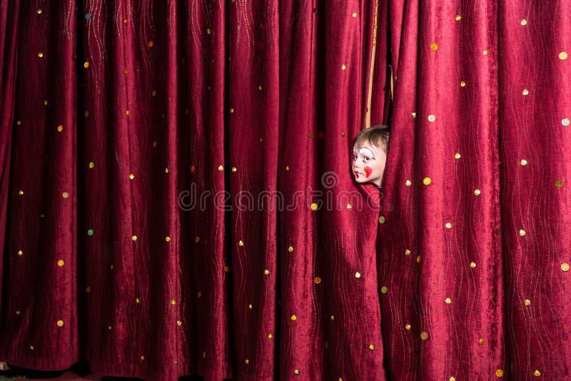 Petit garçon impatient sur l'étape photographie stock libre de droits