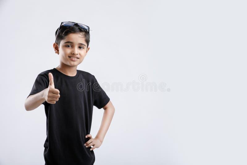 petit garçon indien/asiatique montrant des pouces  images libres de droits