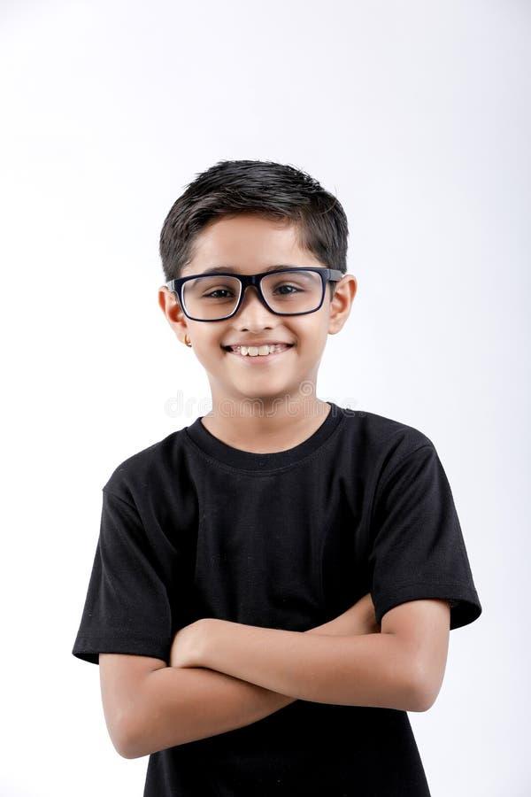 Petit garçon indien mignon donnant l'expression multiple photo stock