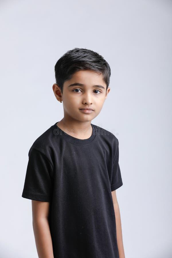 Petit garçon indien mignon donnant l'expression multiple images stock