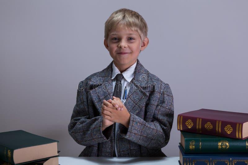 Petit garçon intelligent photographie stock libre de droits