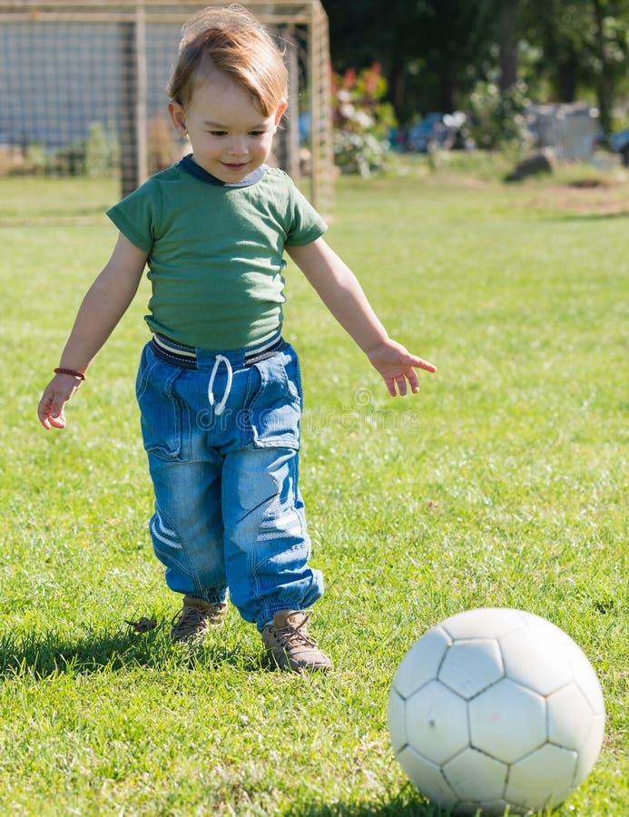 Petit garçon jouant avec la boule images stock