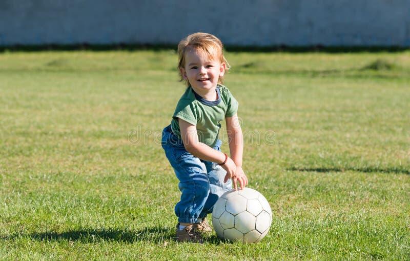 Petit garçon jouant avec la boule images libres de droits